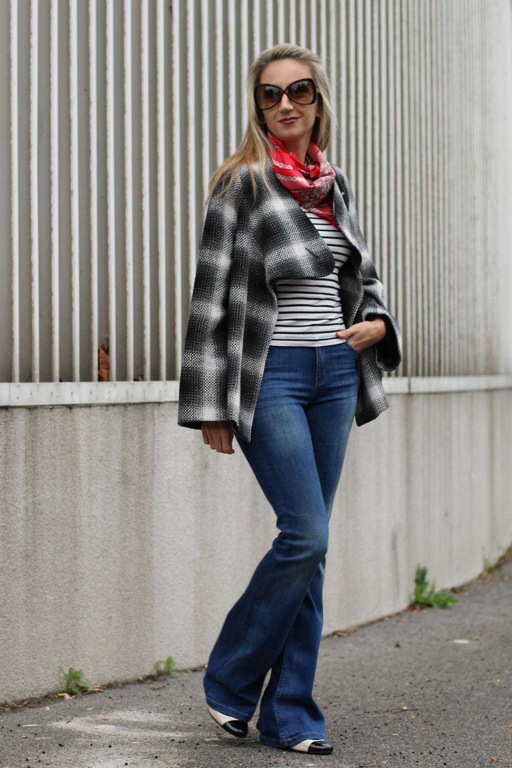 colourclub-schlaghose-trend-flared-jeans-marry-jane-pumps-stripes-shirt8