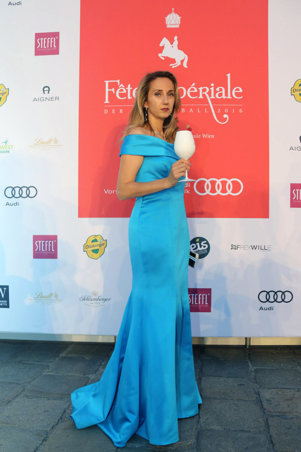 colourclub-fete-imperiale-outfit-flossmann-off-shoulder-dress-hofburg-viennavball-sommerball-michaelerplatz-10