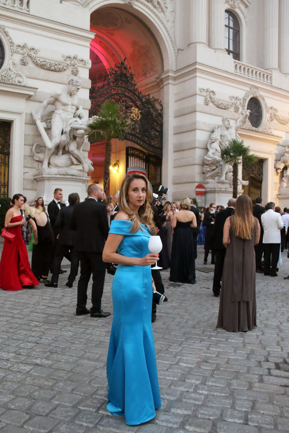 colourclub-fete-imperiale-outfit-flossmann-off-shoulder-dress-hofburg-viennavball-sommerball-michaelerplatz-12