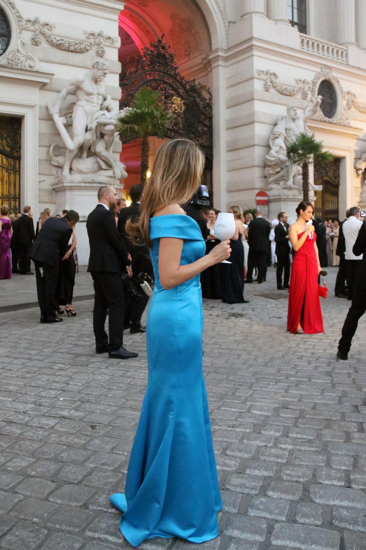 colourclub-fete-imperiale-outfit-flossmann-off-shoulder-dress-hofburg-viennavball-sommerball-michaelerplatz-13