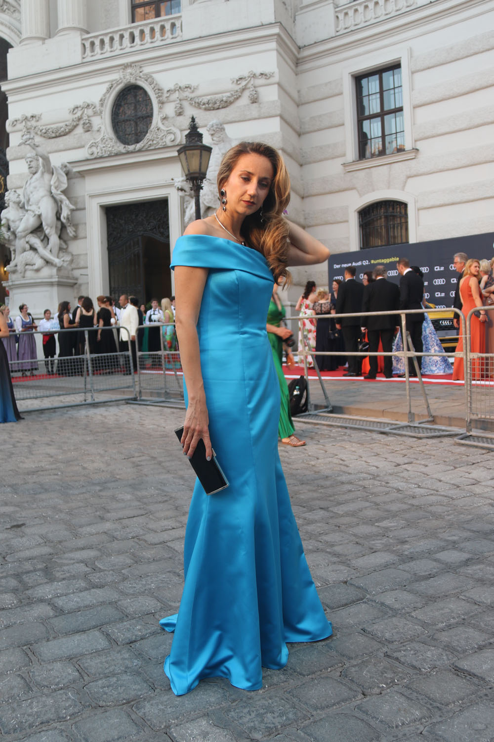 colourclub-fete-imperiale-outfit-flossmann-off-shoulder-dress-hofburg-viennavball-sommerball-michaelerplatz-2