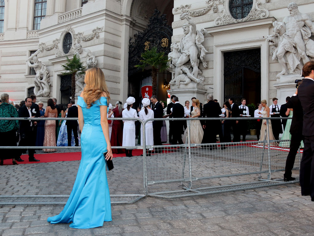 colourclub-fete-imperiale-outfit-flossmann-off-shoulder-dress-hofburg-viennavball-sommerball-michaelerplatz-6