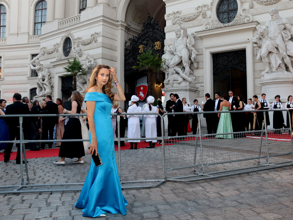 colourclub-fete-imperiale-outfit-flossmann-off-shoulder-dress-hofburg-viennavball-sommerball-michaelerplatz-8