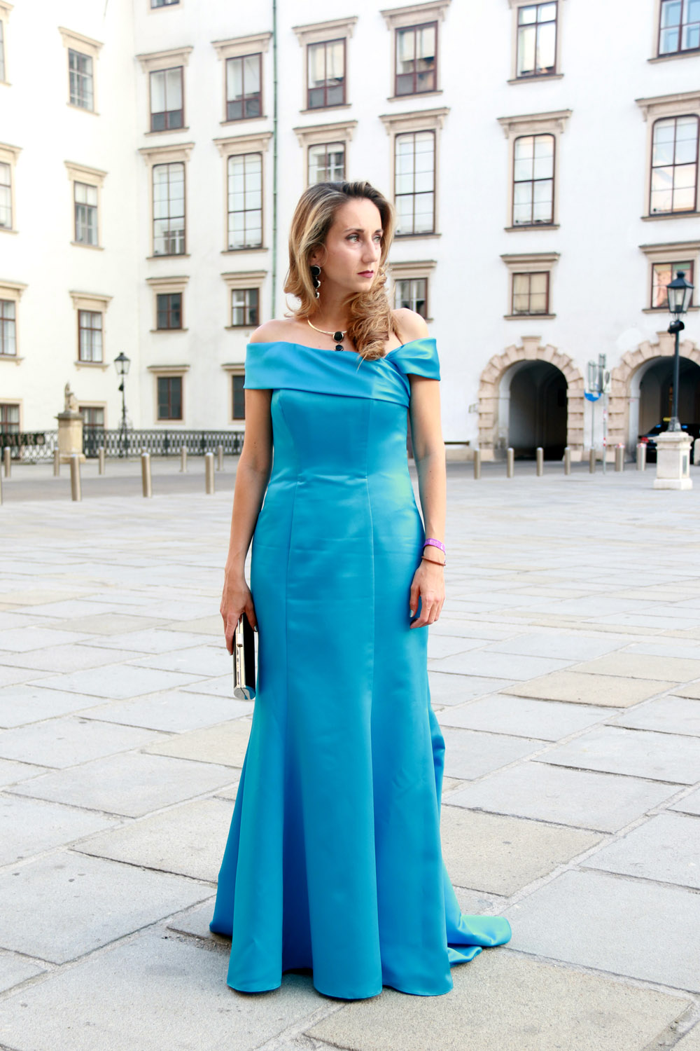 colourclub-fete-imperiale-outfit-flossmann-off-shoulder-dress-hofburg-viennavball-sommerball-michaelerplatz1