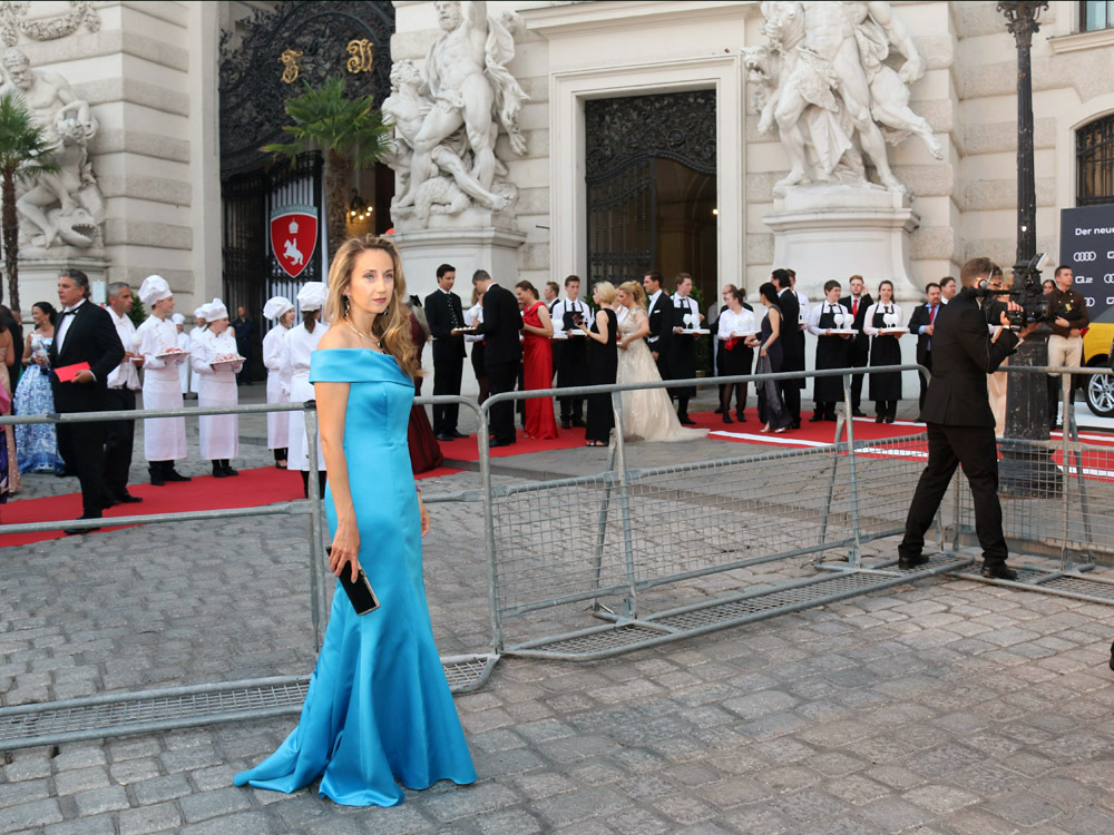 colourclub-fete-imperiale-outfit-flossmann-off-shoulder-dress-hofburg-viennavball-sommerball-michaelerplatz5