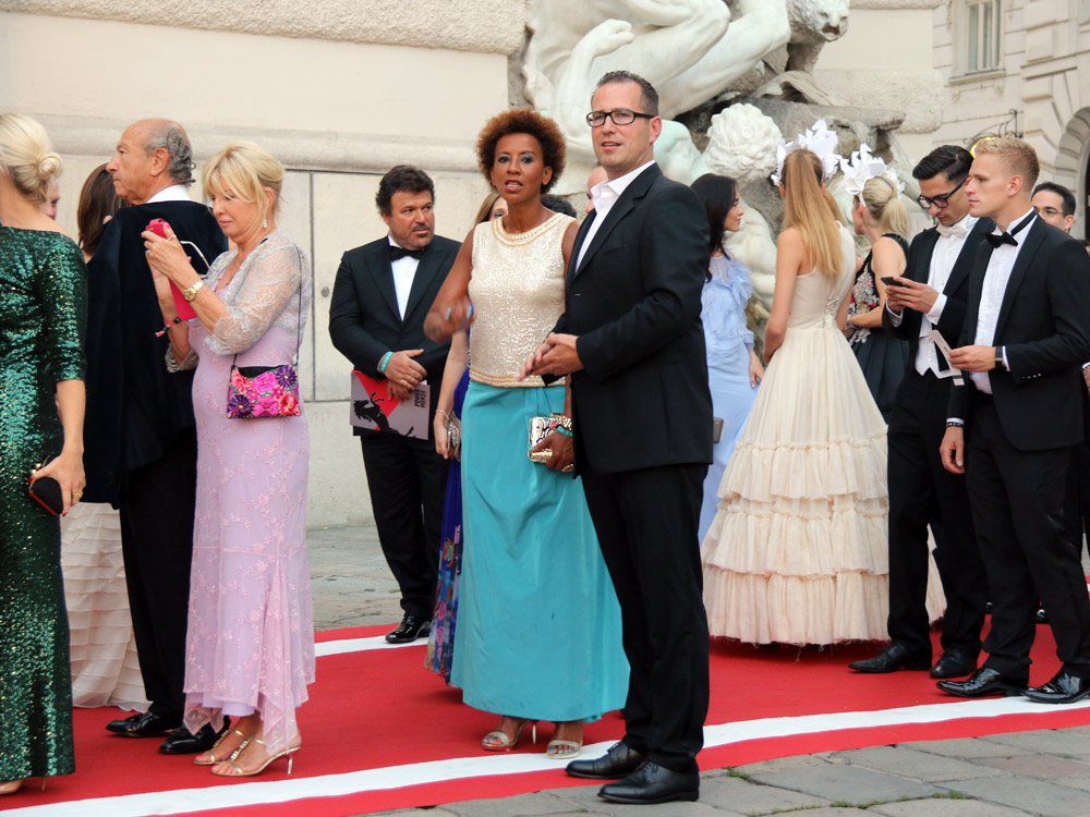 colouclub-fashionblog-fete-imperiale-2016-promis-spanische-hofreitschule-michaelerplatz-red-carpet-arabella-kiesbauer-thomas-eblinger