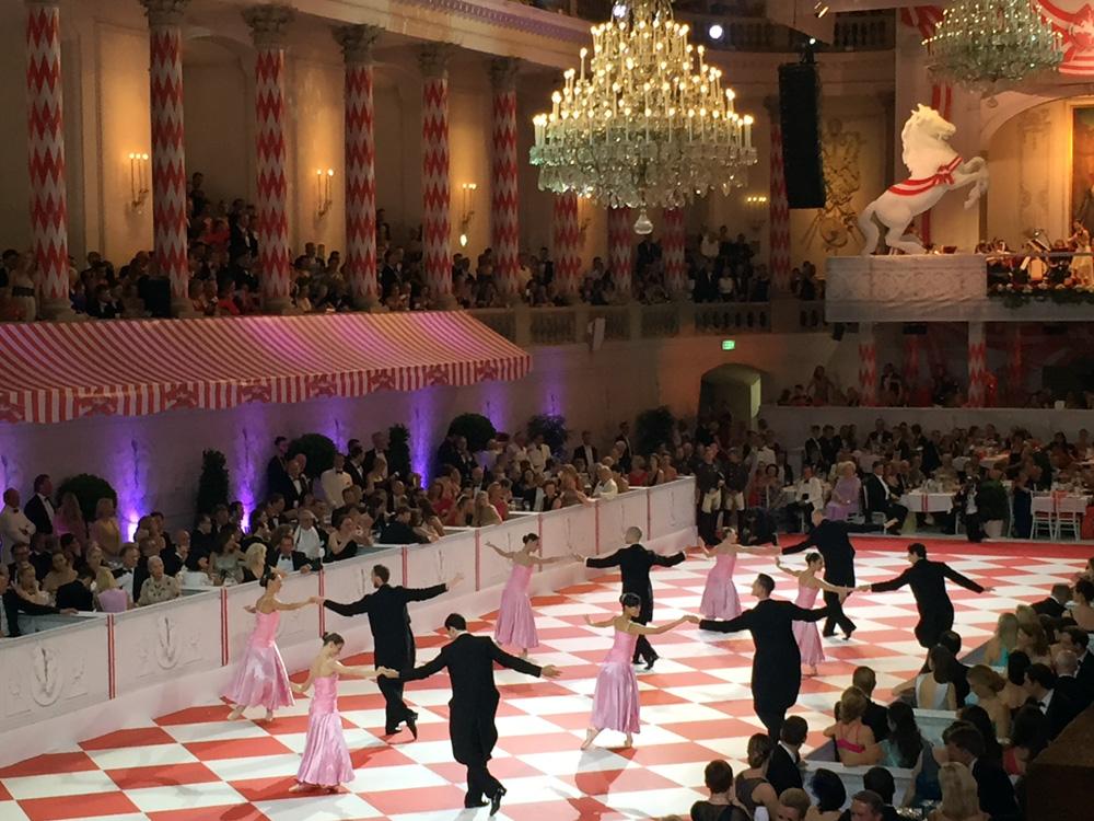 colouclub-fashionblog-fete-imperiale-2016-promis-spanische-hofreitschule-michaelerplatz-red-carpet-vienna-ball-eroeffnung-grazer-oper-balett