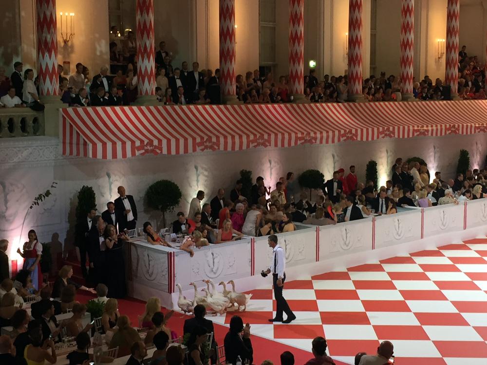 colouclub-fashionblog-fete-imperiale-2016-promis-spanische-hofreitschule-michaelerplatz-red-carpet-vienna-ball-eroeffnung2