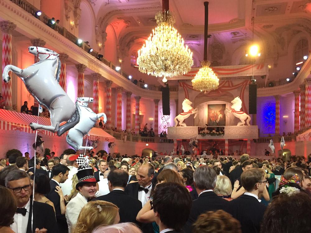 colouclub-fashionblog-fete-imperiale-2016-spanische-hofreitschule-michaelerplatz-red-carpet-vienna-ball