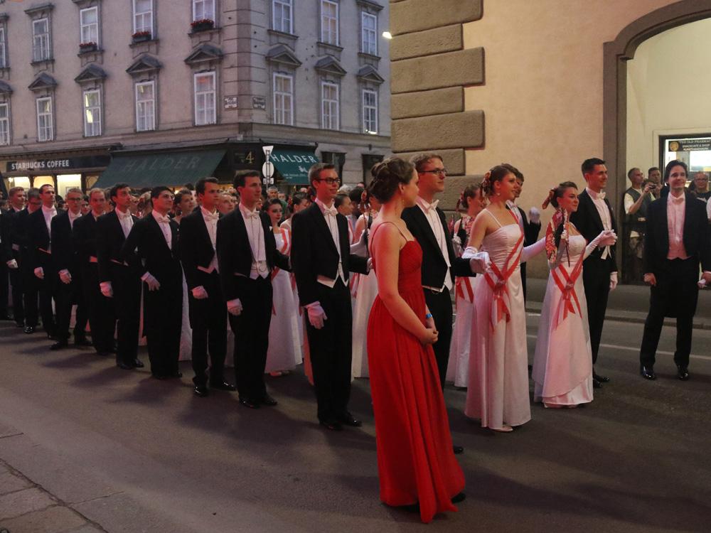 colourclub-fashionblog-fete-imperiale-2016-michaelerplatz-spanische-hofreitschule-debuetantinnen-debuetanten