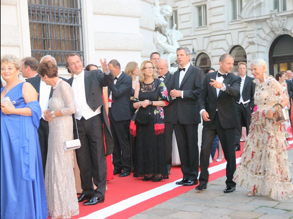colourclub-fashionblog-fete-imperiale-2016-outfit-dress-Friedericke-Wlaschek-evening-gown-abendkleid-ballkleid-publikum