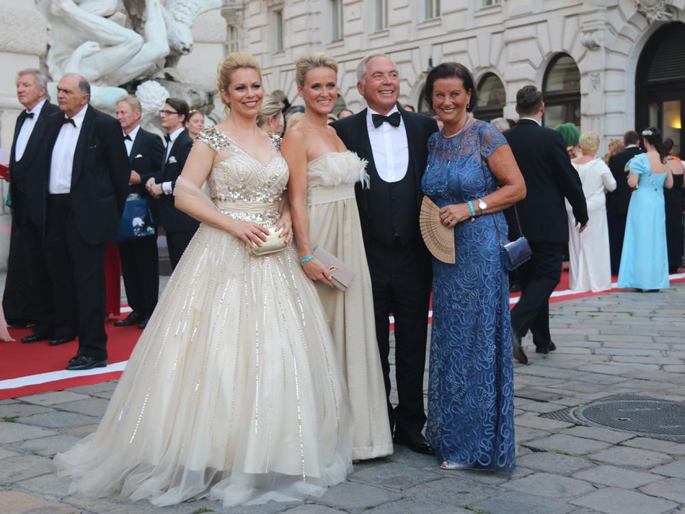 colourclub-fashionblog-fete-imperiale-2016-outfit-dress-Sabine-Karner-Alexandra-Meissnitzer-Daniela-Fally-Karl-Schranz-Evelyn-schranz-evening-gown-abendkleid-ballkleid-publikum