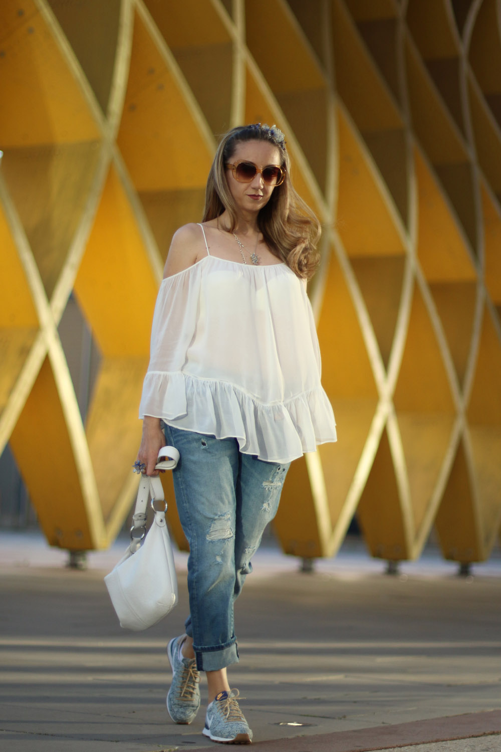 colourclub-fashionblog-outfit-off-the-shoulder-top-destroyed-jeans-furla-bag-austria-center3