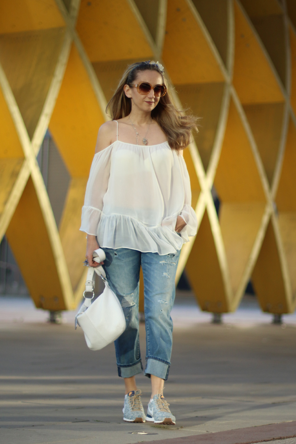 colourclub-fashionblog-outfit-off-the-shoulder-top-destroyed-jeans-furla-bag-austria-center4