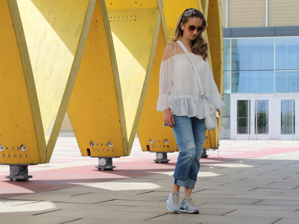 colourclub-fashionblog-outfit-off-the-shoulder-top-destroyed-jeans-furla-bag-nike-sneakers-liberty-london-austria-center3