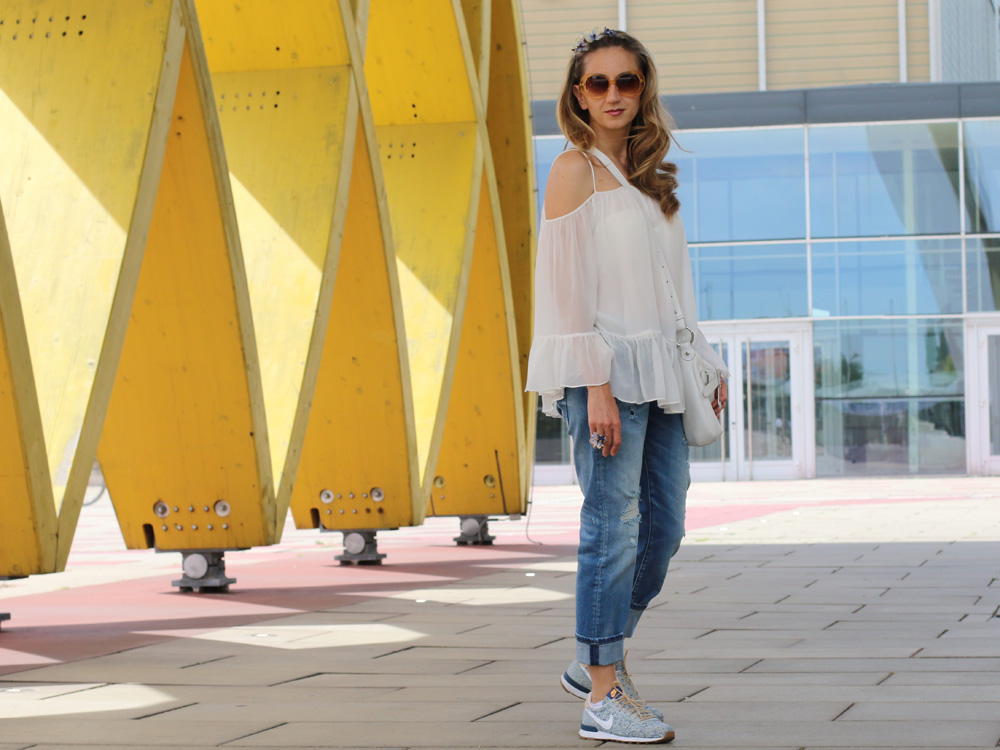 colourclub-fashionblog-outfit-off-the-shoulder-top-destroyed-jeans-furla-bag-nike-sneakers-liberty-london-austria-center5