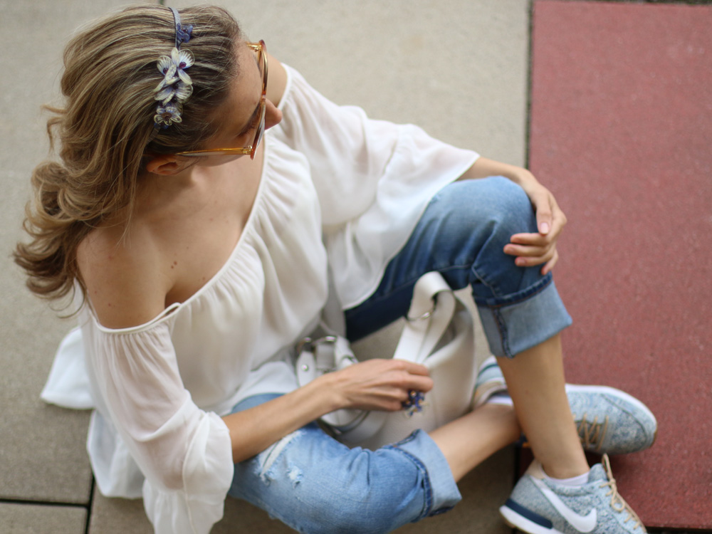 colourclub-fashionblog-outfit-off-the-shoulder-top-destroyed-jeans-furla-bag-nike-sneakers-liberty-london-austria-center9