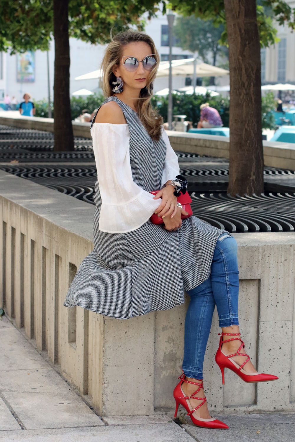 colourclub-fashion-blog-museums-quartier-vienna-valentino-pumps-furla-bag-off-shoulder-top-outfit-kleid-ueber-hose-bluejeans-skinny-jeans-lagenlook-marc-jacobs-sonnenbrille1