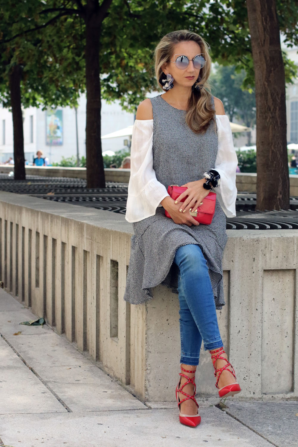 colourclub-fashion-blog-museums-quartier-vienna-valentino-pumps-furla-bag-off-shoulder-top-outfit-kleid-ueber-hose-bluejeans-skinny-jeans-lagenlook-marc-jacobs-sonnenbrille2