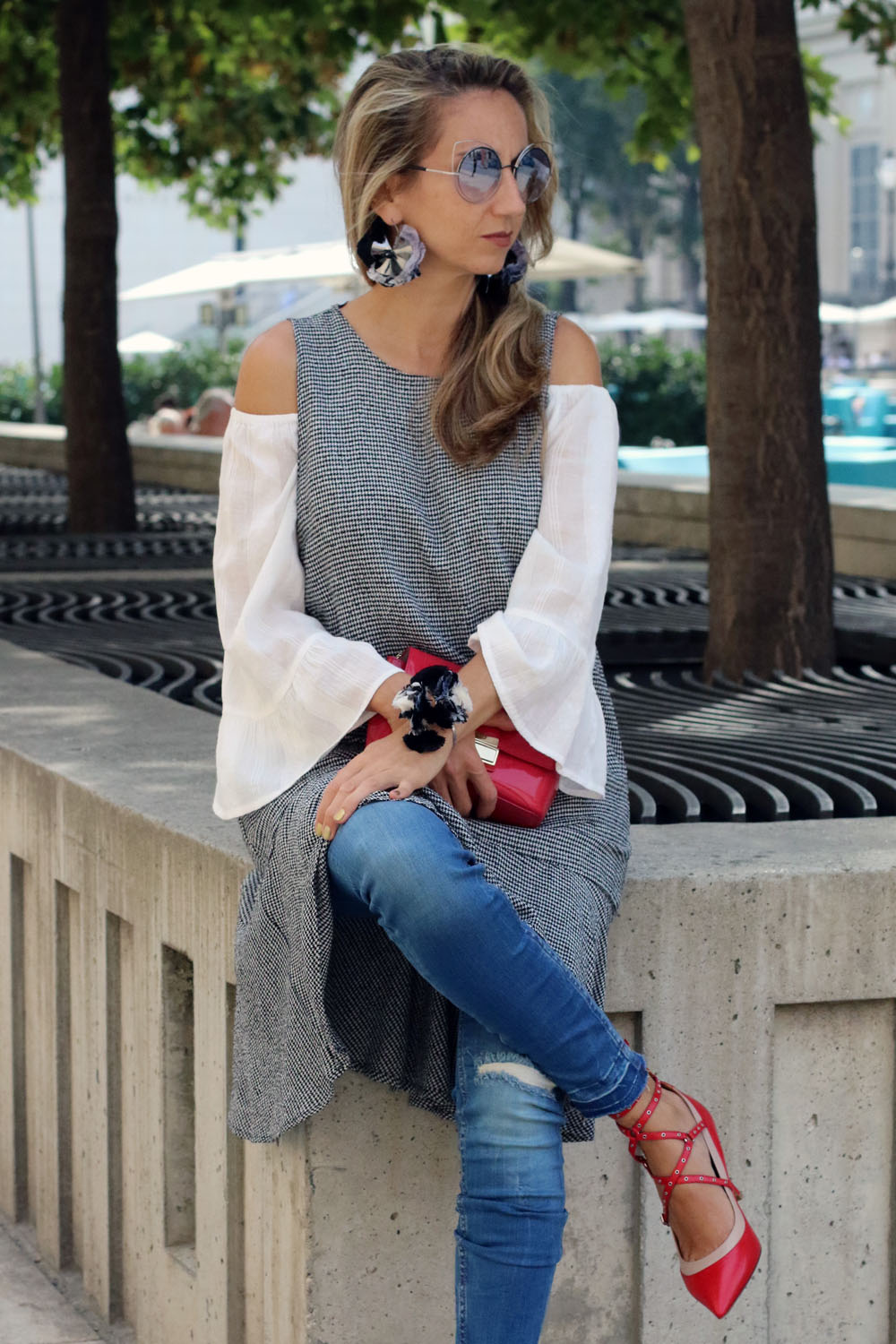 colourclub-fashion-blog-museums-quartier-vienna-valentino-pumps-furla-bag-off-shoulder-top-outfit-kleid-ueber-hose-bluejeans-skinny-jeans-lagenlook-marc-jacobs-sonnenbrille3