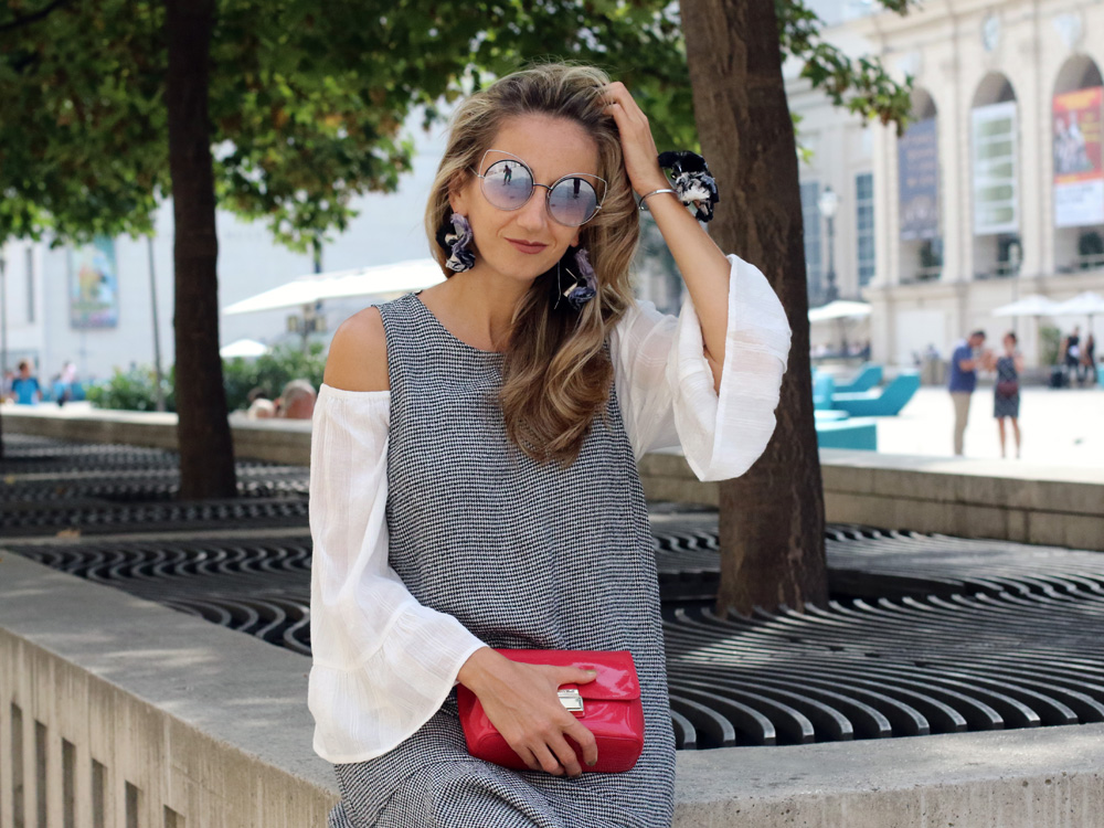 colourclub-fashion-blog-valentino-pumps-furla-bag-off-shoulder-top-outfit-kleid-ueber-hose-bluejeans-skinny-jeans-lagenlook-marc-jacobssonnenbrille-ornaments-and-lor