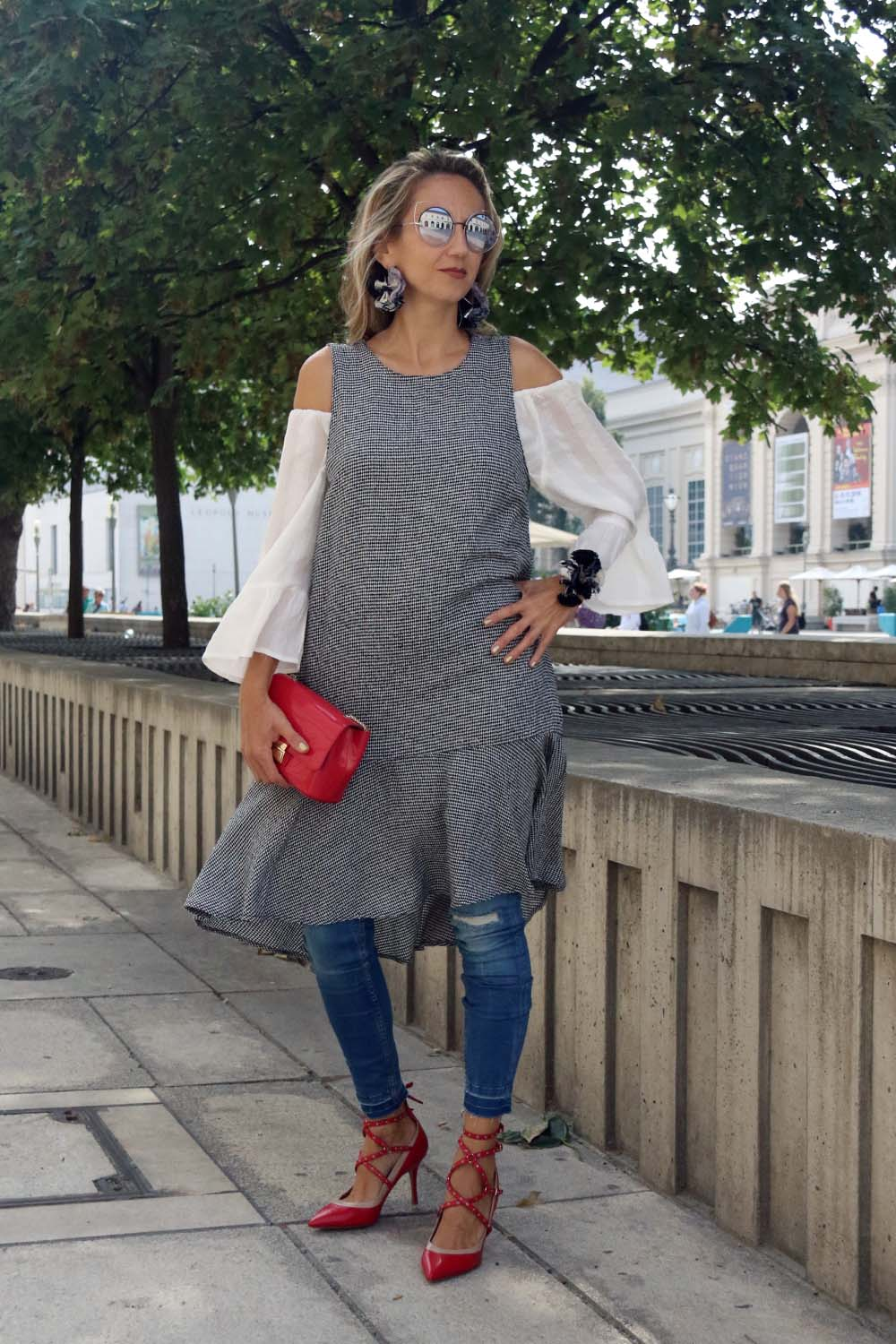 colourclub-fashion-blog-valentino-pumps-furla-bag-off-shoulder-top-outfit-skinny-jeans-lagenlook-marc-jacobs-sonnenbrille-ornaments-and-lor-jewelery9