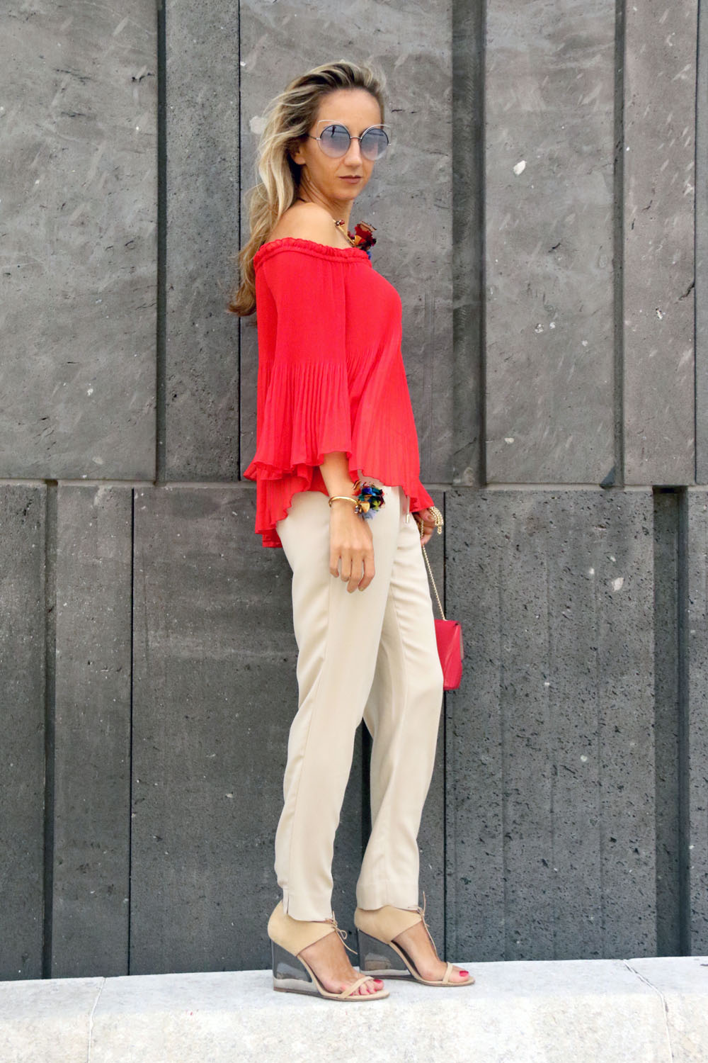 colourclub-modeblog-outfit-off-the-shoulder-top-burberry-shoes-furla-bag-thai-silk-juwelery-ornaments-lor2