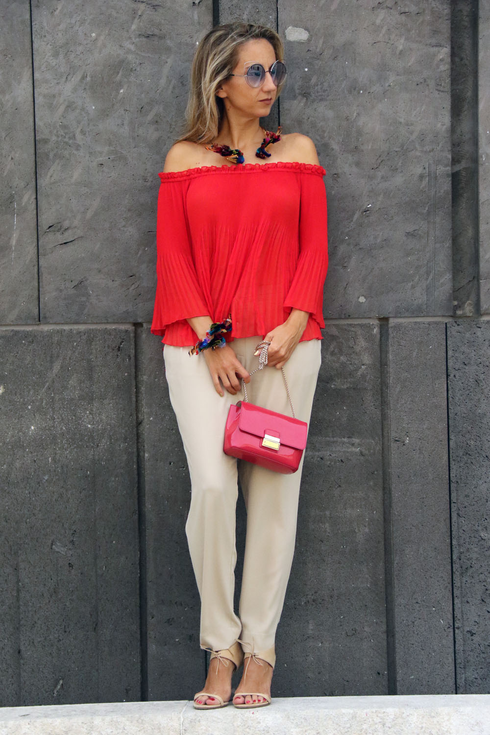colourclub-modeblog-outfit-off-the-shoulder-top-burberry-shoes-furla-bag-thai-silk-juwelery-ornaments-lor3