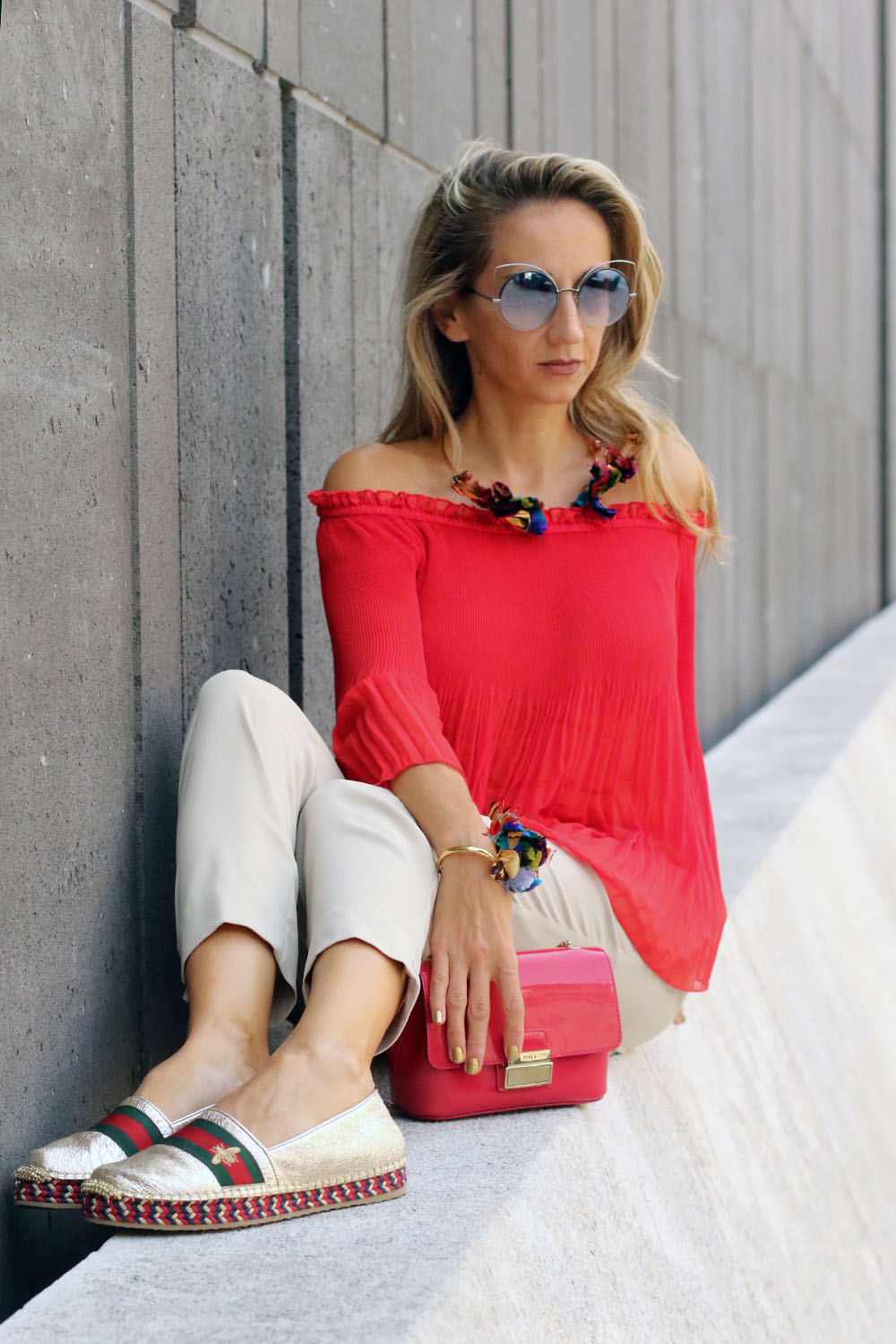 colourclub-modeblog-outfit-off-the-shoulder-top-gucci-shoes-furla-bag-thai-silk-juwelery-ornaments-lor11
