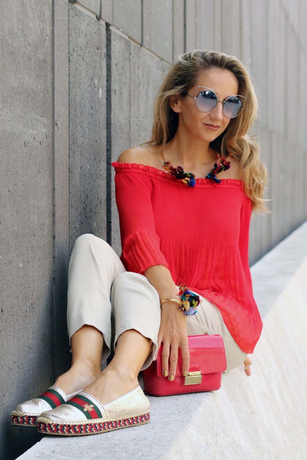 colourclub-modeblog-outfit-off-the-shoulder-top-gucci-shoes-furla-bag-thai-silk-juwelery-ornaments-lor12