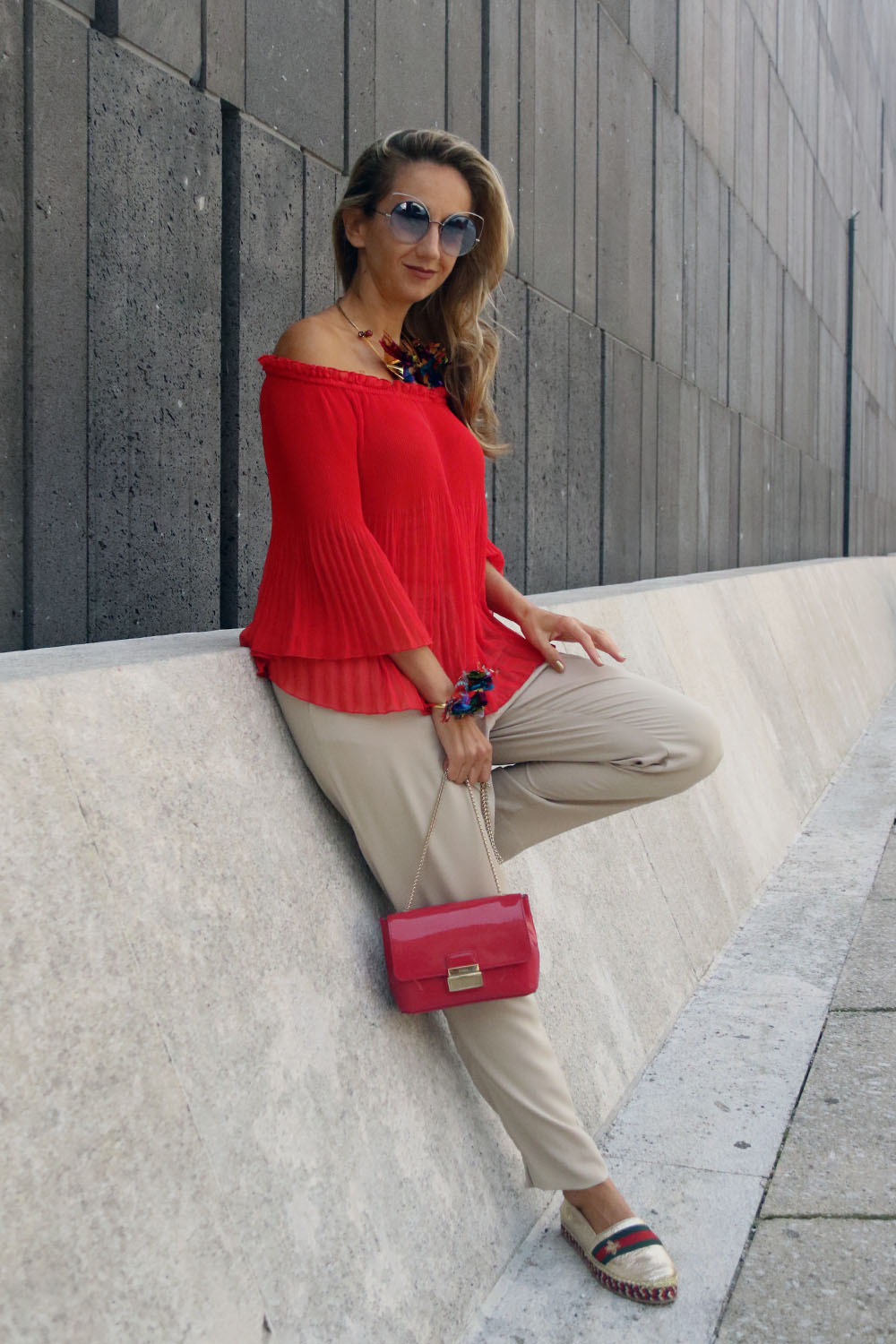 colourclub-modeblog-outfit-off-the-shoulder-top-gucci-shoes-furla-bag-thai-silk-juwelery-ornaments-lor13