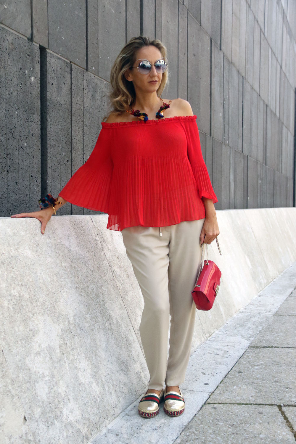 colourclub-modeblog-outfit-off-the-shoulder-top-gucci-shoes-furla-bag-thai-silk-juwelery-ornaments-lor14