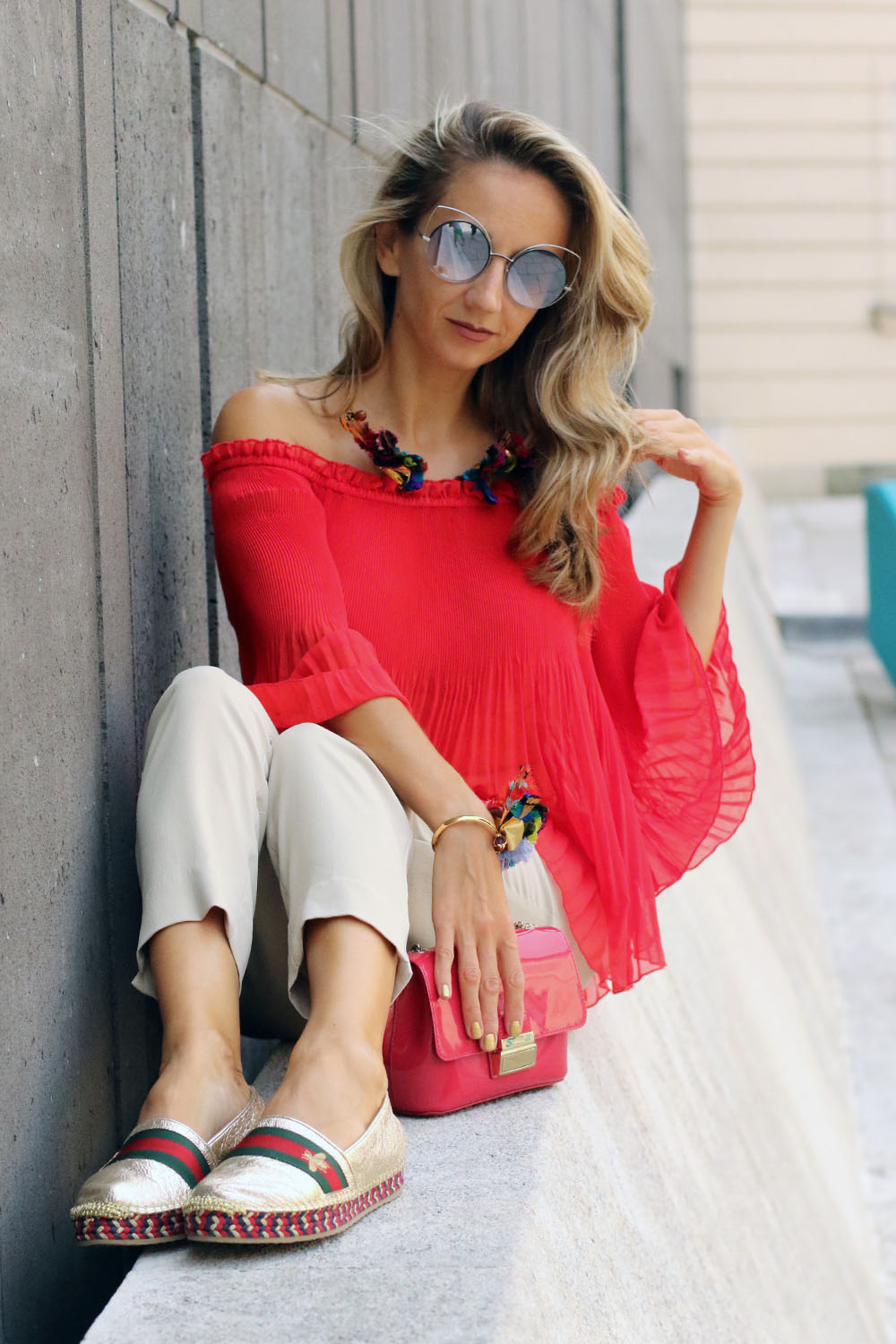 colourclub-modeblog-outfit-off-the-shoulder-top-gucci-shoes-furla-bag-thai-silk-juwelery-ornaments-lor8