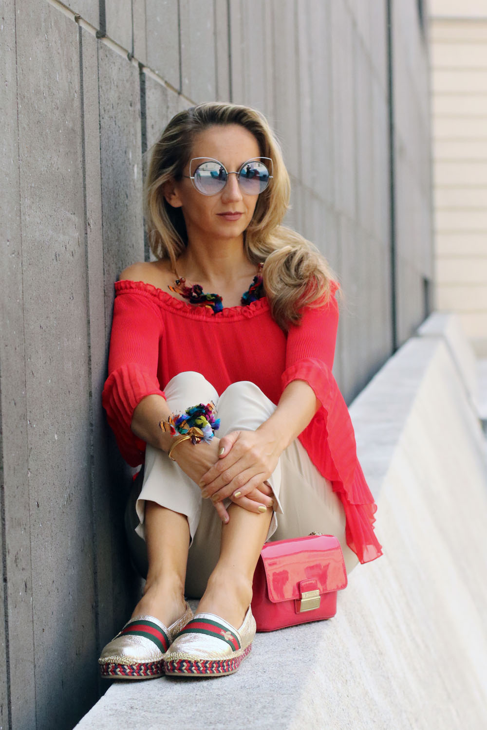colourclub-modeblog-outfit-off-the-shoulder-top-gucci-shoes-furla-bag-thai-silk-juwelery-ornaments-lor9