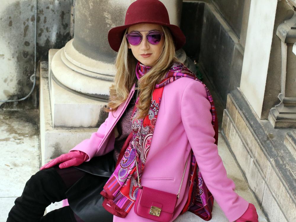 Pink Coat Outfit mit Over the Knee Boots und viel Liebe zum Detail