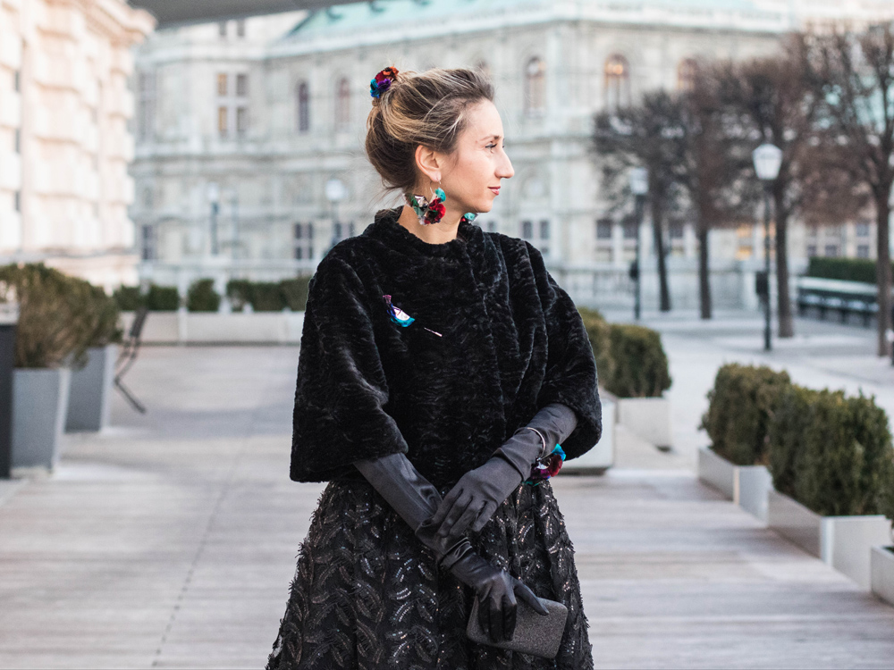 colourclub-fashionblog-outfit-ballkleid-neckholder-dress-ballgiude-miu-miu-sunglasses-vienna-opera-ornaments-lor3