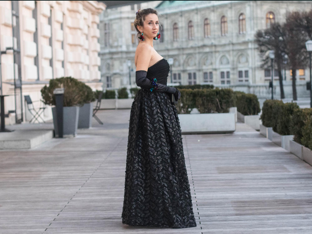 colourclub-fashionblog-outfit-ballkleid-neckholder-dress-ballgiude-miu-miu-sunglasses-vienna-opera-ornaments-lor7