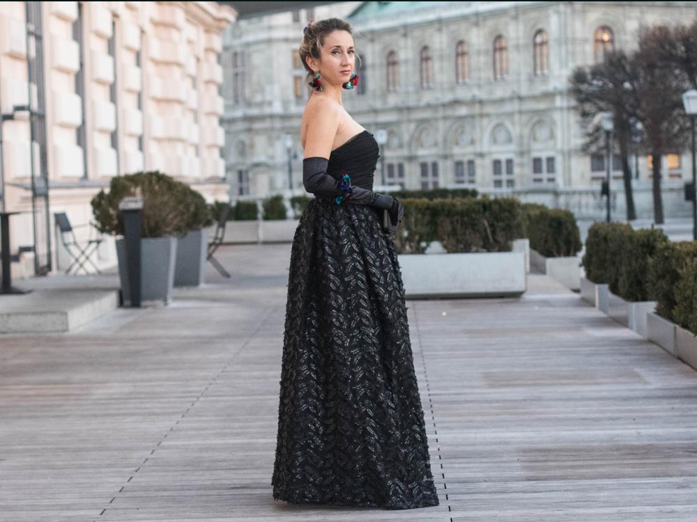colourclub-fashionblog-outfit-ballkleid-neckholder-dress-ballgiude-miu-miu-sunglasses-vienna-opera-ornaments-lor7