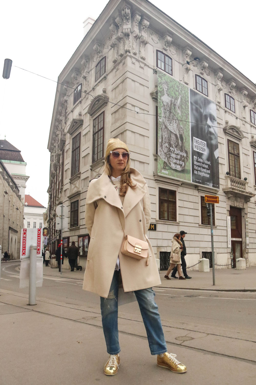 colourclub-outfit-adidas-superstars-sneakers-furla-bag-gold-beanie-vienna-jeans