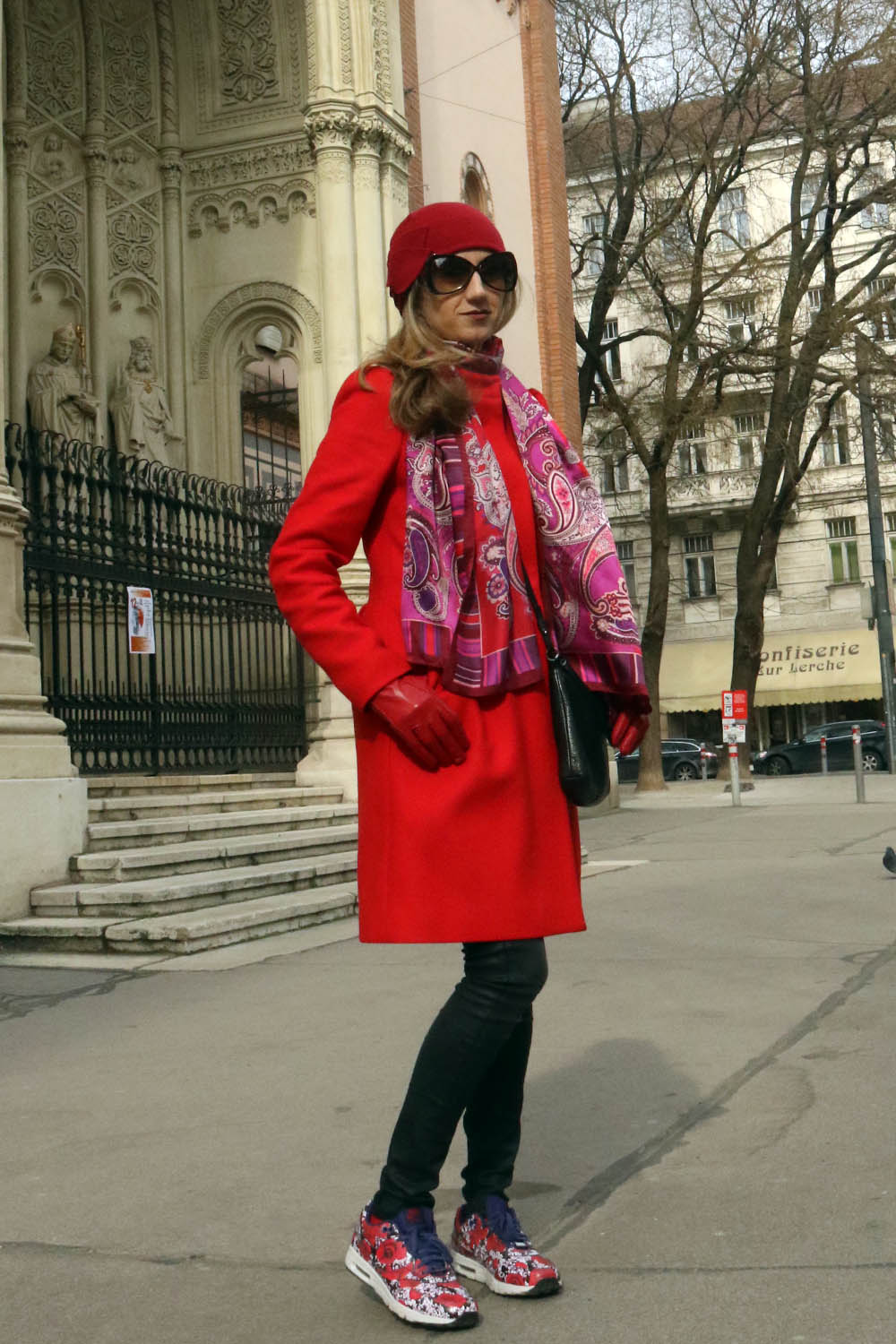 colourclub-outfit-red-coat-nike-london-flower-sneakers