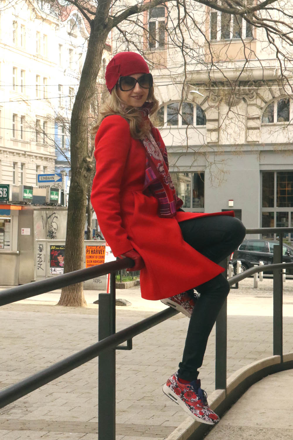 colourclub-outfit-red-coat-nike-london-flower-sneakers2