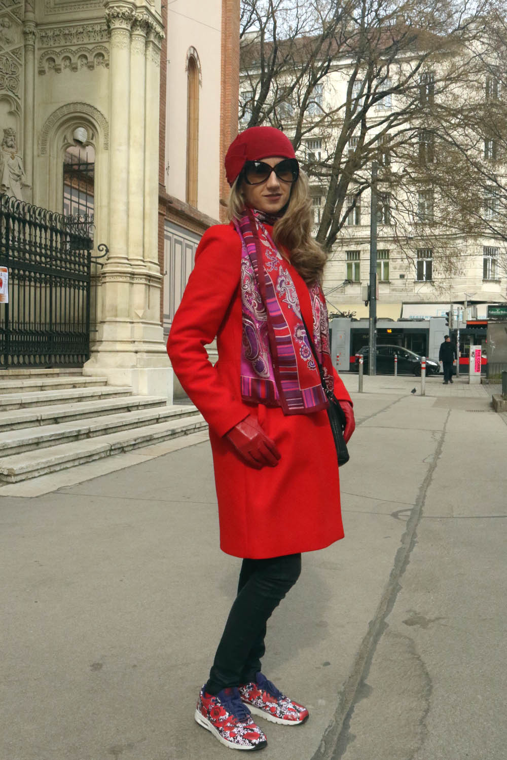 colourclub-outfit-red-coat-nike-sneakers-tom-ford-sunglasses1