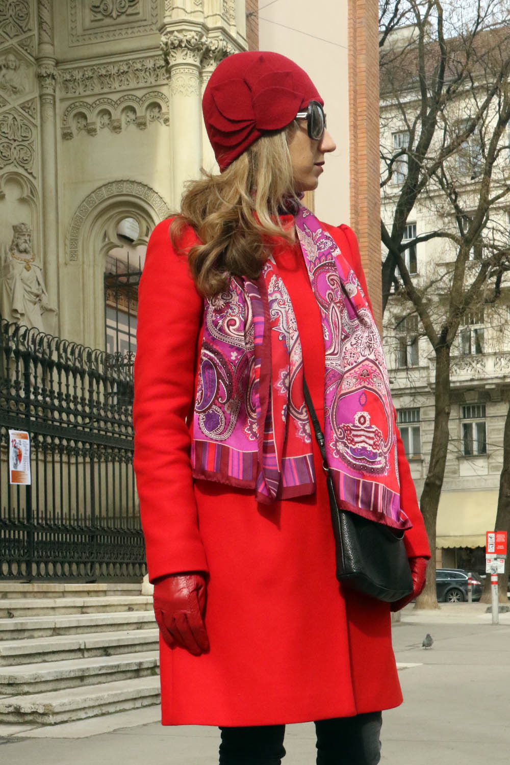colourclub-outfit-red-coat-red-hut-nike-sneakers