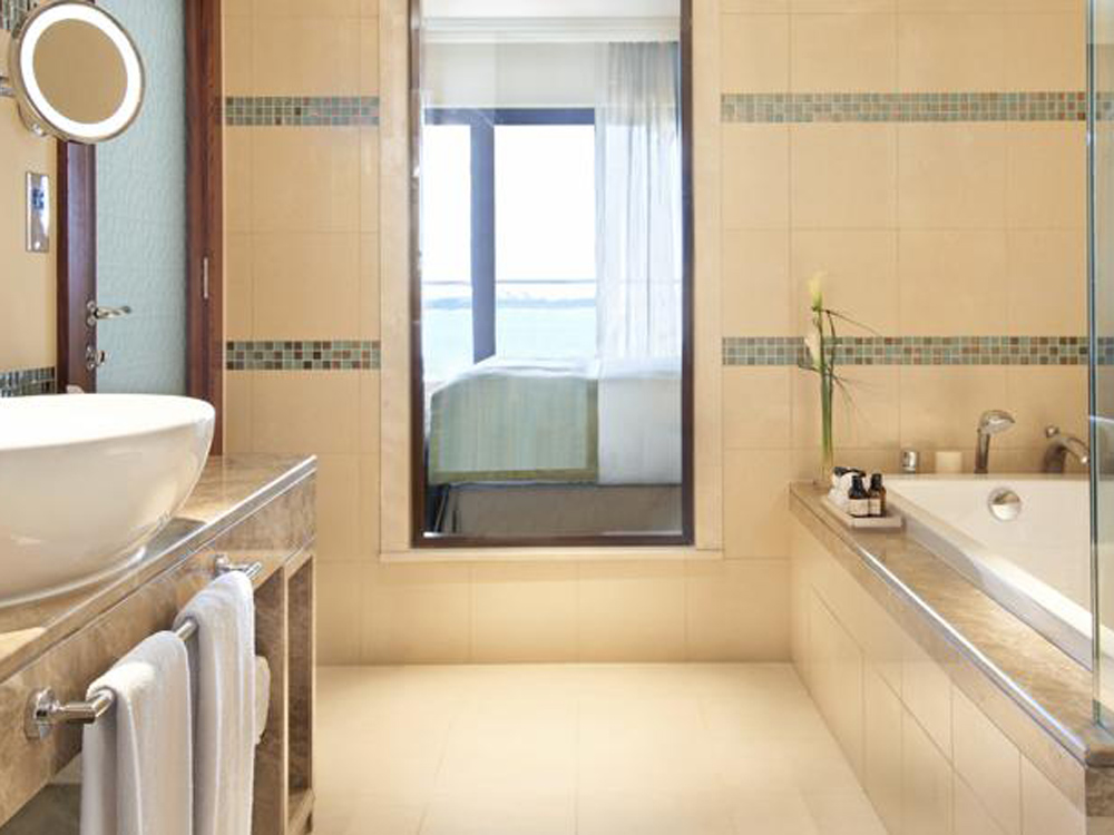 colourclub-fairmont-the-palm-dubai-hotel-review-bathroom