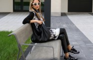Casual Black and White Style – Kleid über Hose mit Nike Sneakers und Furla Bag