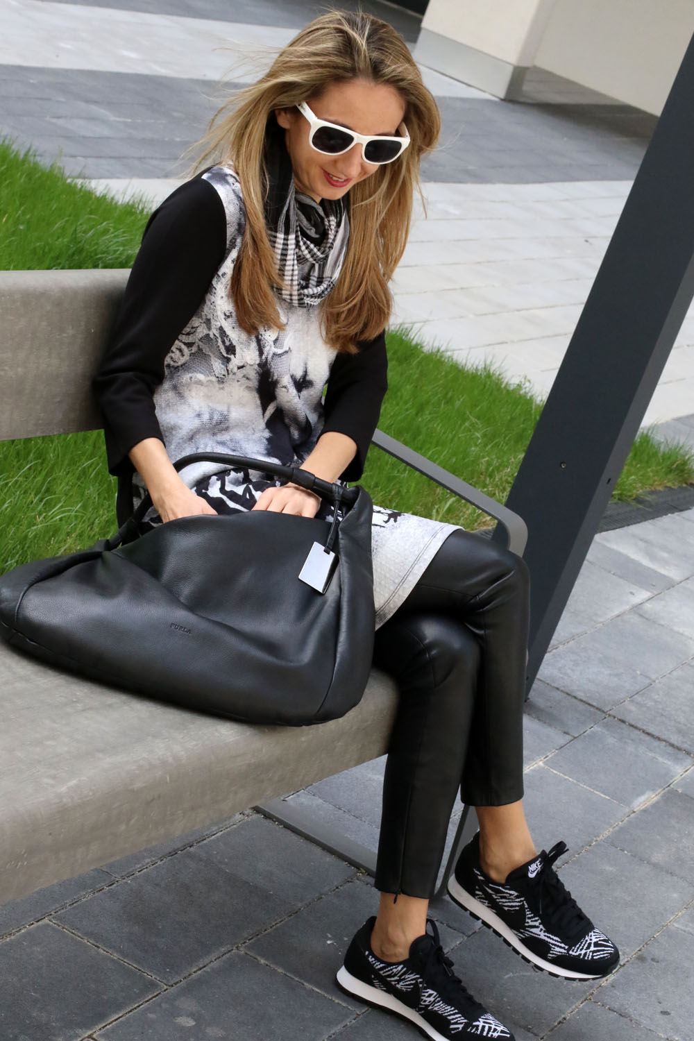 colourclub-fashionblog-outfit-dress-over-pants-black-and-white-nike-sneakers2
