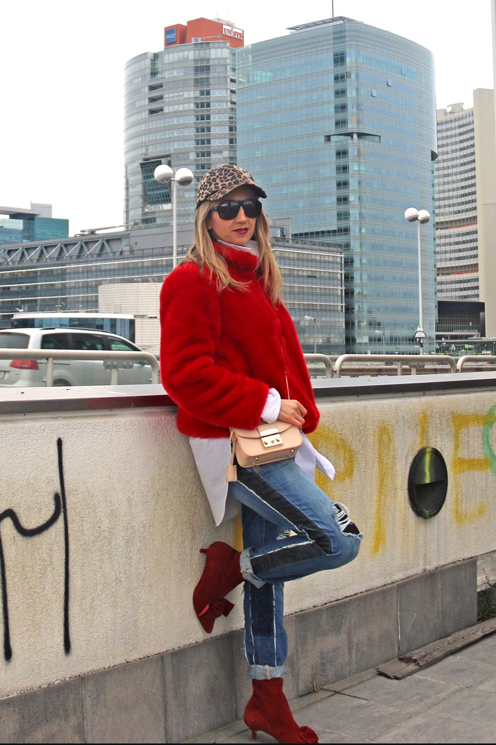 colourclub-fashionblog-outfit-fake-fur-coat-juan-carlos-gordillo-jeans-furla-bag2